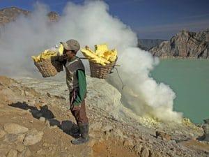 Raccolta dello Zolfo in Indonesia