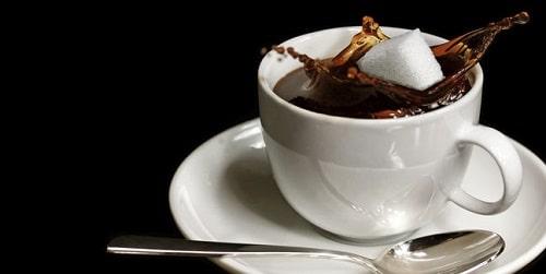 Zolletta di zucchero in una tazzina di caffè