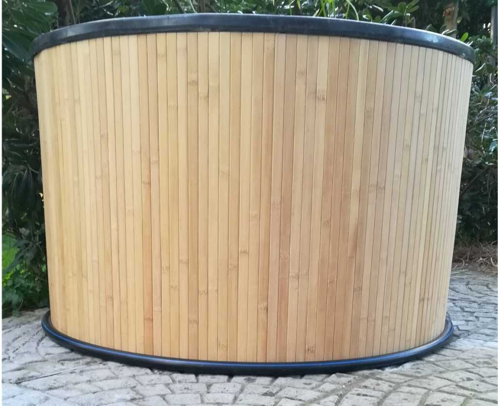 Coibentazione del pond completato con il rivestimento in bamboo