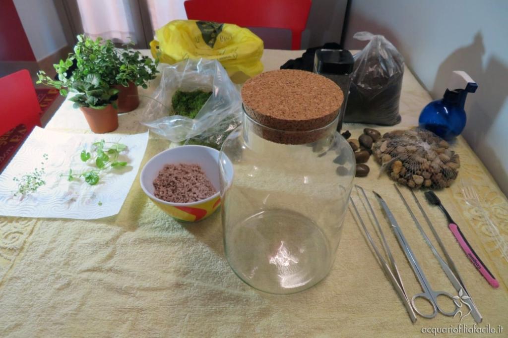 Materiali per l'allestimento del giardino in bottiglia